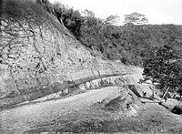 COLLECTIE TROPENMUSEUM Weg langs een kale steile wand in Tjibinong West-Java TMnr 10008026.jpg