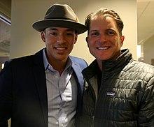 Carlos Correa rencontre la légende des Royals Mike Sweeney (22423282197).jpg