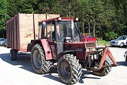 Устройство трактора Википедия Фронтальная навесная система трактора case 933 Хорошо видны нижние тяги и центральная тяга Красный треугольник закрепленный на тягах автосцепка