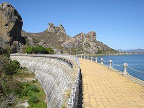 """Açude do Cedro e a """"Pedra da Galinha Choca""""; dois dos principais pontos turísticos de Quixadá"""