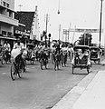 Collectie NMvWereldculturen, TM-20000936, Negatief, 'Straatgezicht met fietsers en betjakrijders in de hoofdstraat Jalan Malioboro', fotograaf Boy Lawson, 1971.jpg