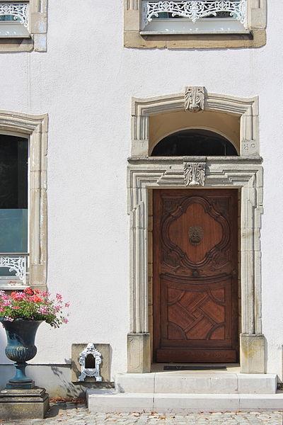 Detail vun der Fassad vum Haus op Nummer 40 an der Rue des Prés zu Konter; mat Annexen a Gaart ronderëm zënter dem 15. Januar 1991op der Lëscht vum Zousaz-Inventaire vun de klasséierte Monumenter agedroen.