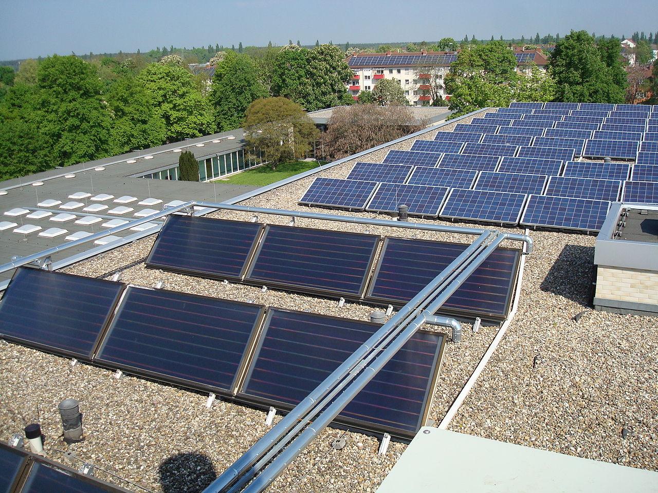File:Dach des Gästehauses Freiherr vom Stein - Solarthermie und ...