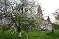 Demsus - Szent Miklós-templom - XIII. sz. - ... és a virágba borult almafa - panoramio.jpg