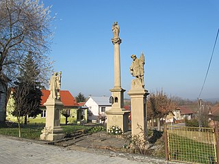 Sloup se sochou Panny Marie a souborem soch