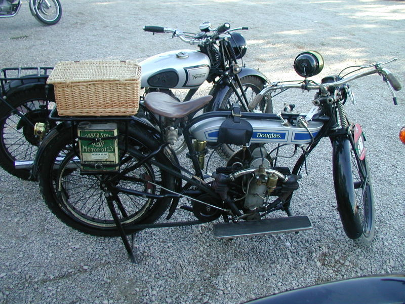 Béhèmistes : comment enfin prendre de l' angle ! 800px-Douglas_motorcycle