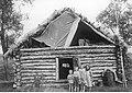 Dzieci przed zbitym z bali domem (2-1918).jpg