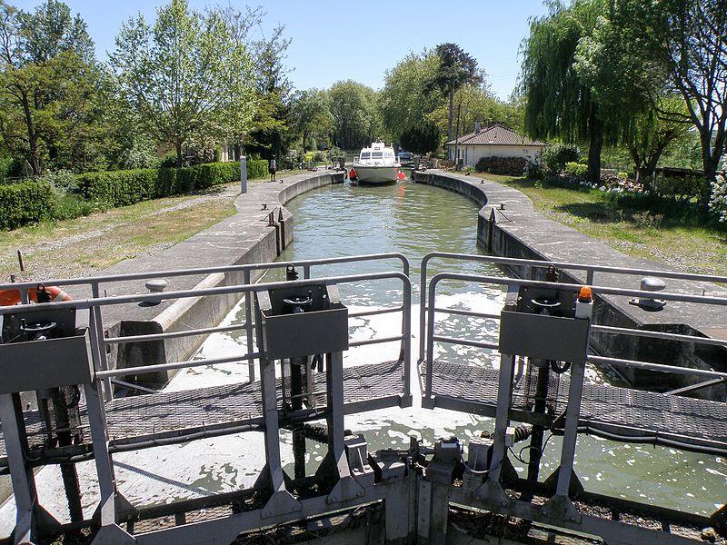 Franchissement de l'écluse de Castanet-Tolosan (Haute-Garonne) sur le canal du Midi - Entrée par l'amont