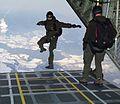 """Ein Soldat des Jagdkommandos springt mit einem Freifallschirm aus einer C-130 """"Hercules"""" ab.jpg"""
