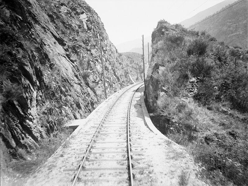 File:En marche dans le wagon terrasse Ax-les-Thermes (2567007525).jpg