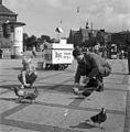 Feeding pidgeons in Copenhagen in 1949.jpg