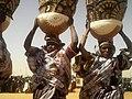 Femmes peulh portant l'accoutrement traditionnel au Niger.jpg
