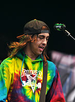 File-13-06-08 RaR Pierce the Veil Vic Fuentes 05.jpg