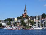 Flensburger Hafen mit Drachenboote und St. Jürgen-Kirche im Hintergrund (Flensburg 2013), Bild 03.JPG
