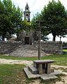 Fornelos de Montes, Santo Adrián de Calvos, cruceiro e igrexa.jpg