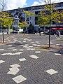 Geschwister-Scholl-Platz in Freiburg-Rieselfeld, die weißen Platten symbolisieren Flugblätter.jpg