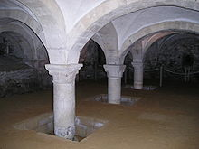 Interior view of a chamber, with arches supporting the pillars holding up the roof
