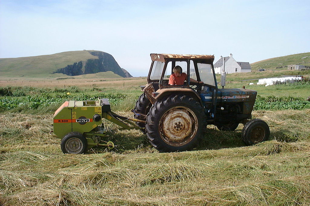 File:Hay baling, Ford 4000, Wolvo R500, Fair Isle 2001 - a.jpg ...