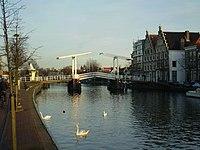 Het Spaarne met de Gravestenenbrug in Haarlem.jpg