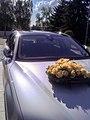 Hochzeitsbouquet auf einer Audi-Haube - panoramio.jpg
