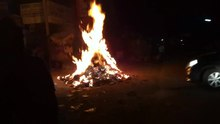 চিত্র:Holi bonfire on Holi eve 2012.webm