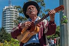 Hombre cantando por dinero en las cercanías del Hotel Humbodlt.jpg