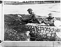 Inlandse soldaten met wapens. Madsen karabijnmitrailleur van het KNIL en een Man, Bestanddeelnr 902-8577.jpg