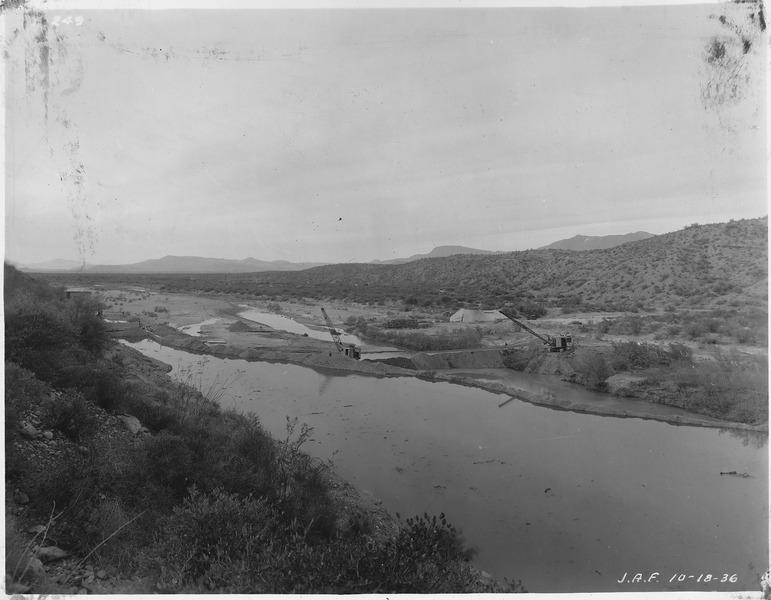 File:Intake diversion dam. Diversion of Salt River through intake tunnel. Shovel and bulldozer on right placing silt over... - NARA - 294574.tiff