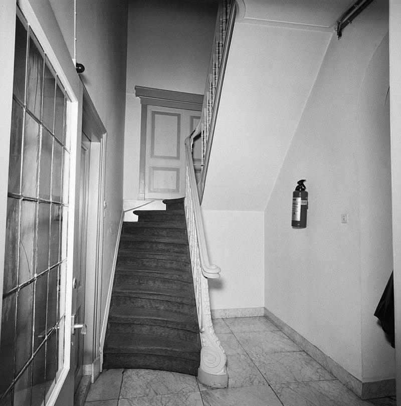 Hoekpand schilddak met topschoorsteen in lochem monument - Gang met trap ...
