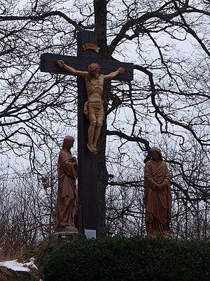 Nachbildung von Jesus am Kreuz neben dem Druid...