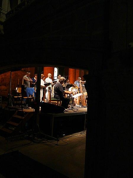 File:Jordi Savall i Hesperion XXI assajant a l'església del Monestir de Poblet P1250118.jpg