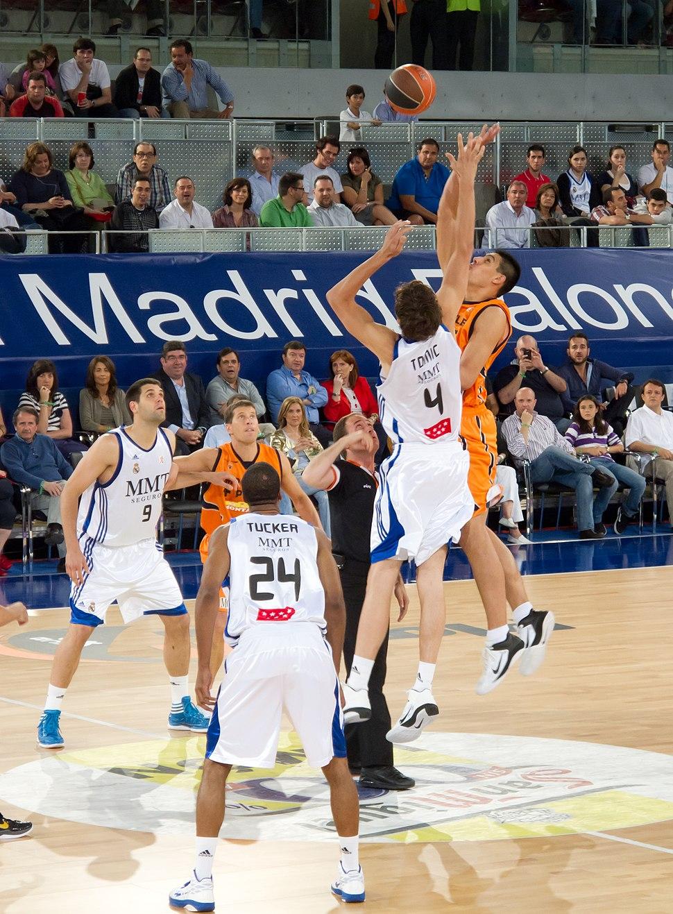 Jump ball - Real Madrid vs Fuenlabrada - Ante Tomić vs Gustavo Ayón