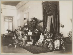 KITLV 12559 - Kassian Céphas - Two young women in the midst of many floral arrangements in a part of the reception hall of the residency at Yogyakarta - Around 1896.tif