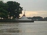 チャオプラヤ川に面して建つ白亜の仏塔