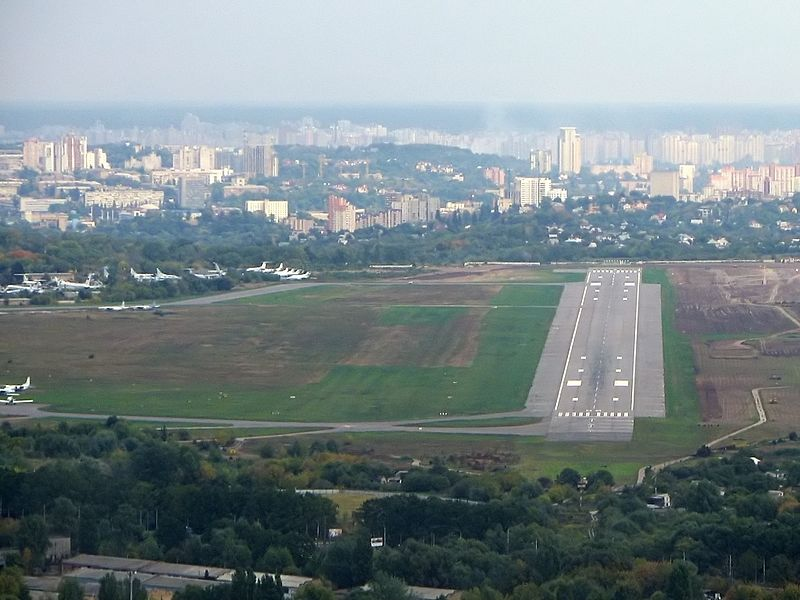 https://upload.wikimedia.org/wikipedia/commons/thumb/b/b2/Kyiv_Zhuliany_International_Airport.jpg/800px-Kyiv_Zhuliany_International_Airport.jpg