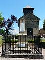 La Chapelle-aux-Brocs monument aux morts et église.JPG