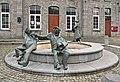 """La Grande Traversée de la Forêt du Pays de Chimay (DSC 0807) Fontaine de Treignes, la """"Toinade"""" par Claude Rahir, devant l'espace Arthur Masson.jpg"""