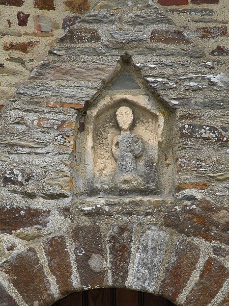 Statue située au-dessus de la porte de la chapelle Sainte-Agathe de Langon.