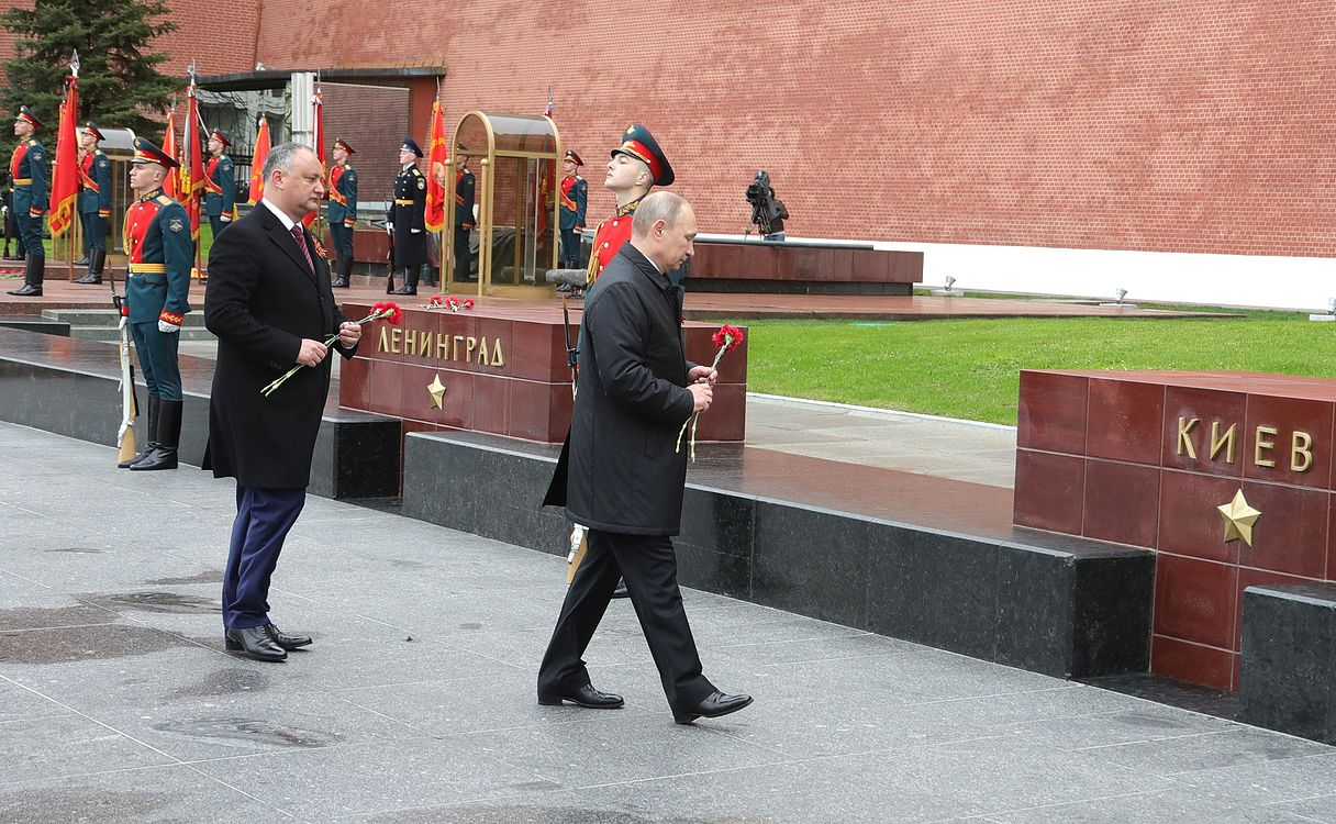 Laying wreath at the Tomb of the Unknown Soldier in Moscow 2017-05-09 010.jpg