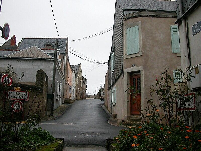 La rue de la Pierre de Bretagne marque la limite entre Le Fresne-sur-Loire (Loire-Atlantique), à gauche, et Ingrandes (Maine-et-Loire), à droite