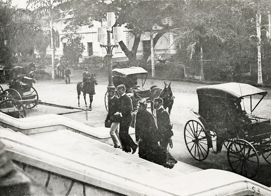 Liliuokalani entering palace for trial of 1895 (PP-98-12-010)