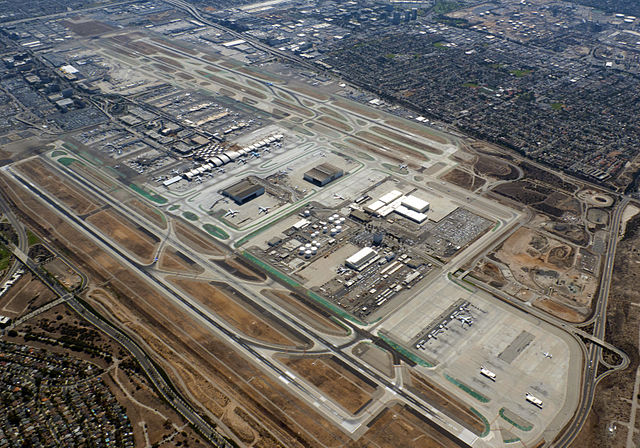 LAX Runways By WPPilot (Own work) [CC BY-SA 4.0 (https://creativecommons.org/licenses/by-sa/4.0)], via Wikimedia Commons