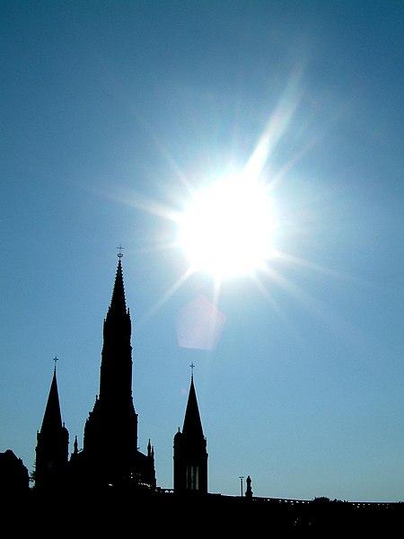 Silueta del Santuario de Lourdes (Francia) recortada en el cielo.