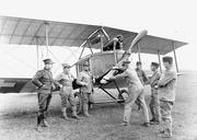 Lt Bider mit seinen Fliegeraspiranten vor Doppeldecker - CH-BAR - 3239655