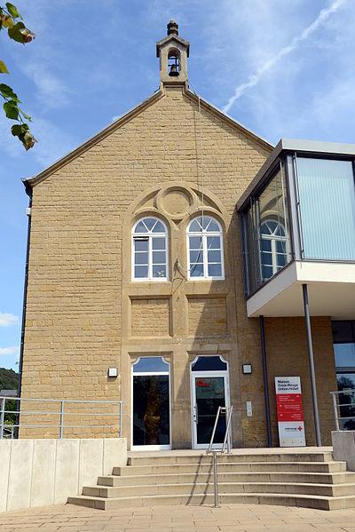 """Luerenzweiler, déi fréier Märei, eigentlech als Schoul gebaut, als """"Maison Croix-Rouge Uelzechtdall"""" ëmgebaut."""