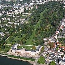 Luftbild Wiesbaden Schlosspark mit Schloss Biebrich.jpg