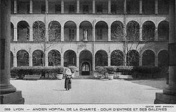 Lyon hopital charite cour entree
