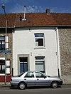 foto van Bakstenen huis; segmentboogvensters in Naamse steen.