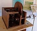 Macchina per creare i rocchetti di Leonardo da Vinci in una mostra su Leonardo da Vinci al Mulino di Mora Bassa - Morabassa.jpg