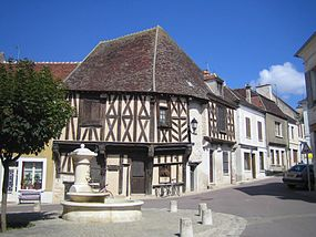 Maison ancienne à Cravant (Yonne, France).jpg